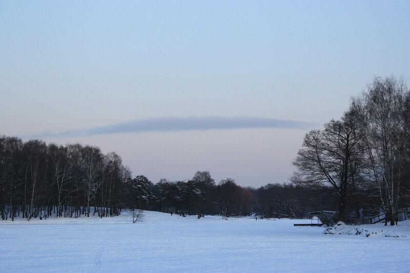 Замерзший пруд и сиреневое облако