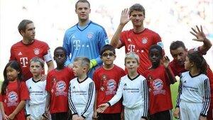 Игроки «Баварии» вышли на поле с детьми мигрантов