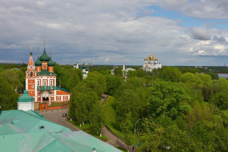Панорама Ярославля — храм Архангела Михаила и Успенский кафедральный собор