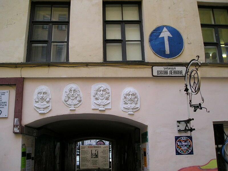 800px-John_Lennon_street.JPG.Улица Джона Леннона - знаменитое место в Санкт-Петербурге, существующее по соседству с Арт-центром «Пушкинская, 10».JPG