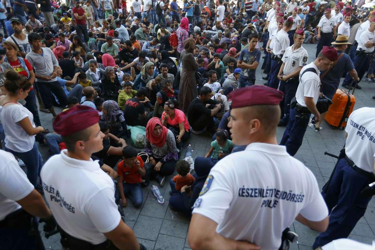 Штурм Будапешта: Мигранты с Ближнего Востока на ж/д вокзал венгерской столицы (9)