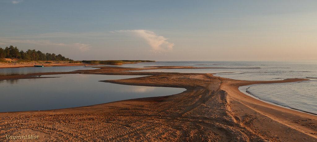 Песчаная отмель на озере перед закатом