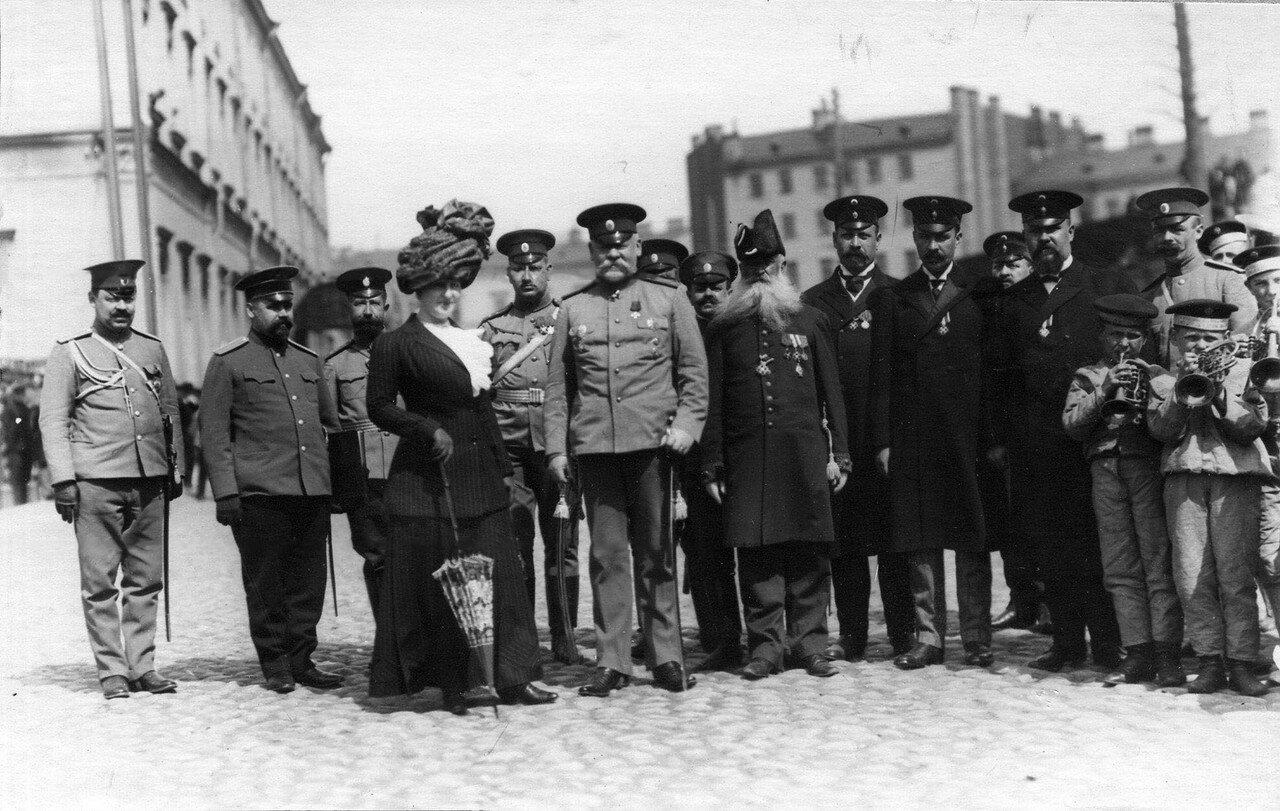 37. Военный министр Сухомлинов В.А. в центре с группой военных офицеров и педагогов