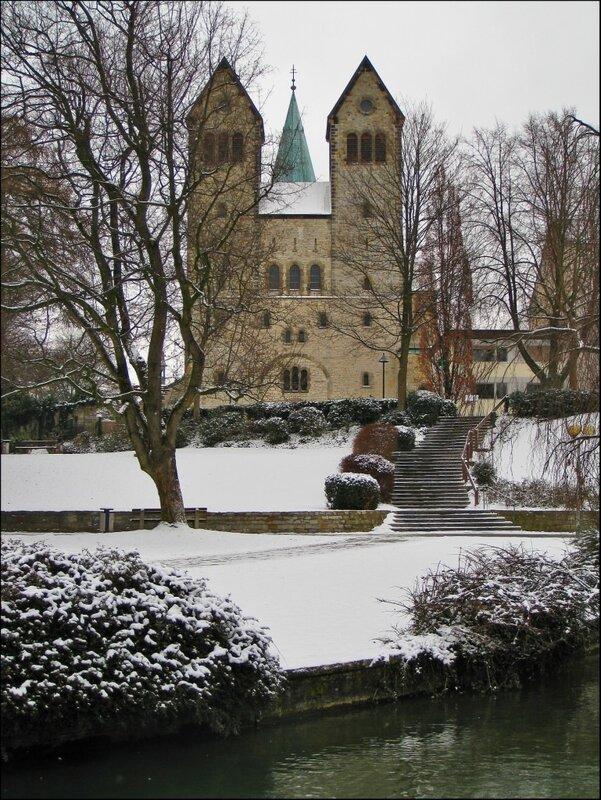 Кирха Абдингхоф и шпиль Кафедрального собора за ней, Падерборн