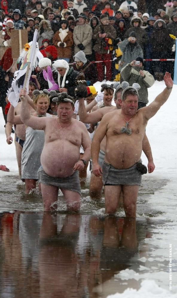 Традиционные новогодние  карнавальные зимние плавания на озере Orankesee в Берлине, Германия, 9 января 2010.