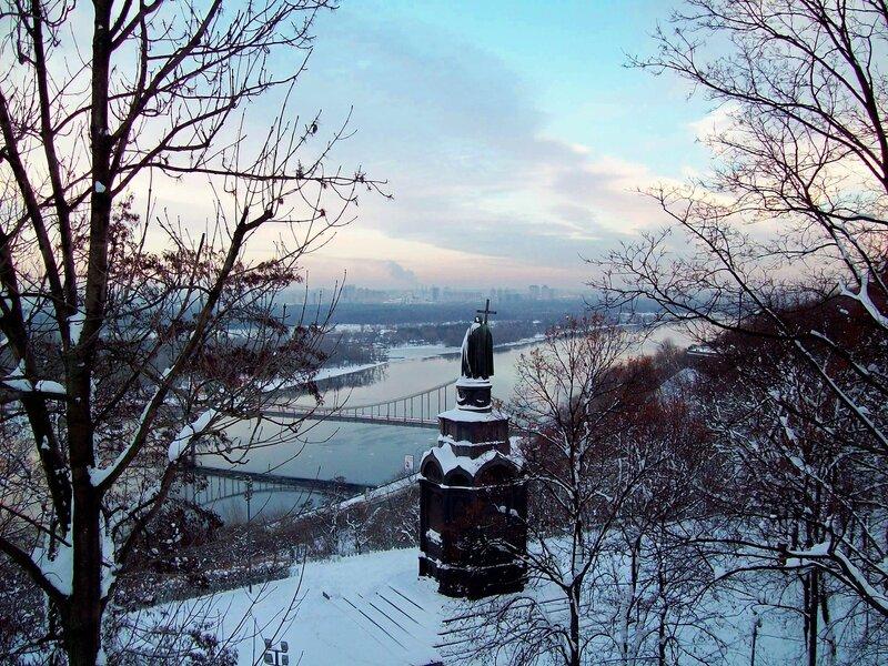 Памятник Владимиру Крестителю зимой