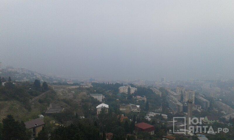 Ялту затянуло смогом [Фото] фото 1