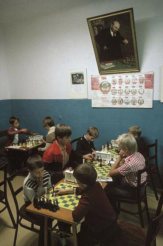 Ялта. Портрет Ленина в шахматном клубе для детей. 1988 год.