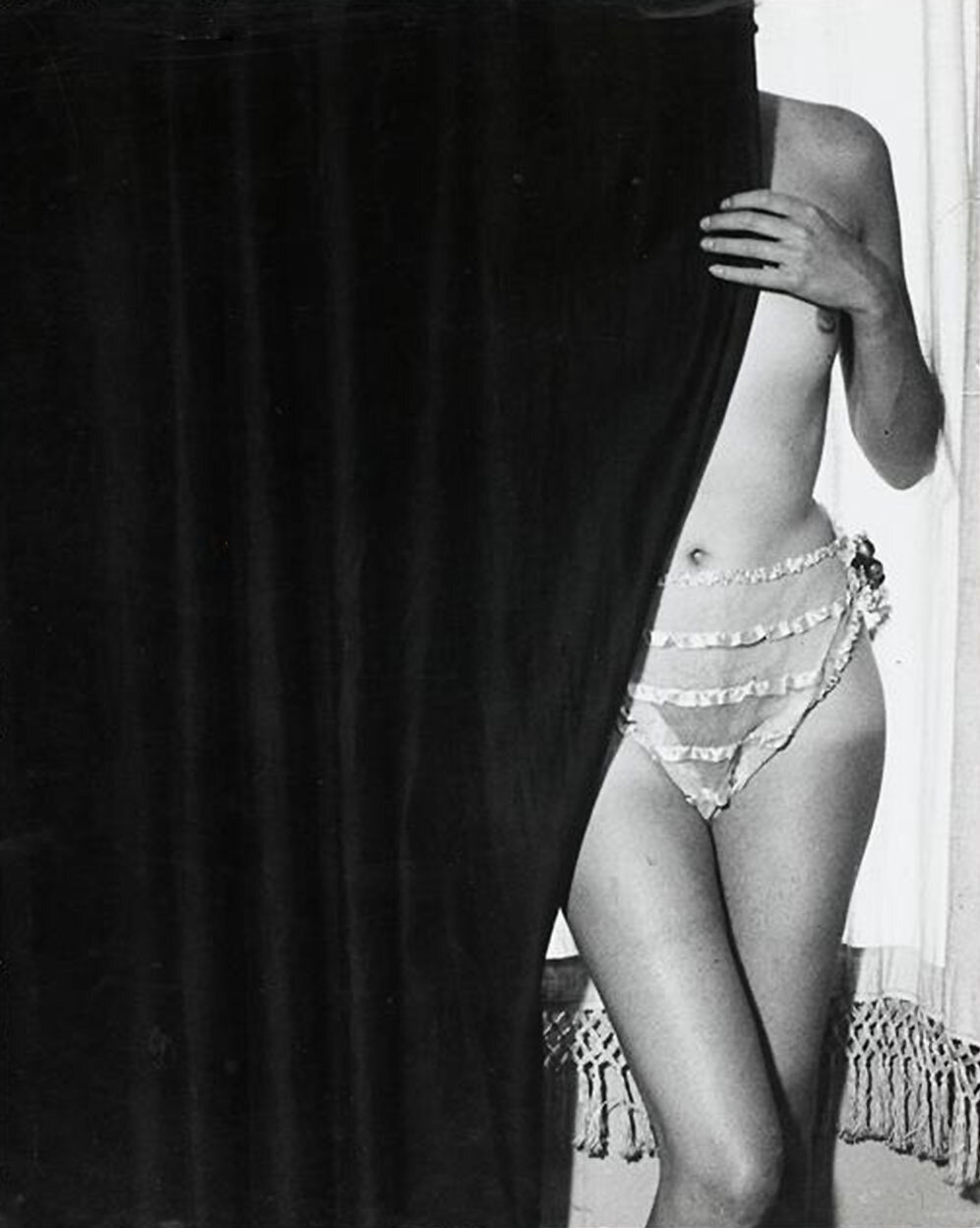 1932. Фоли-Бержер. Девушка за занавеской