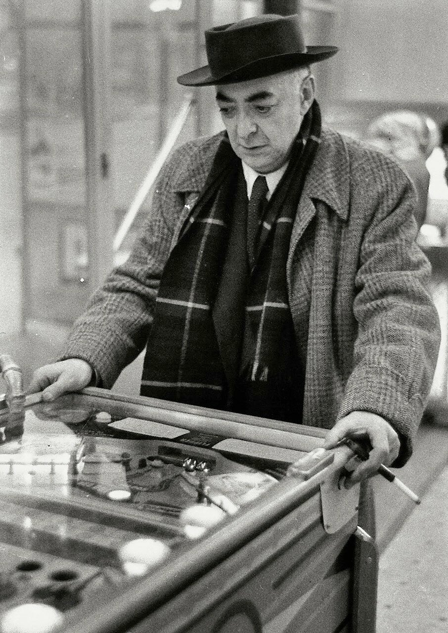 1954. Брассай играет в пинболл