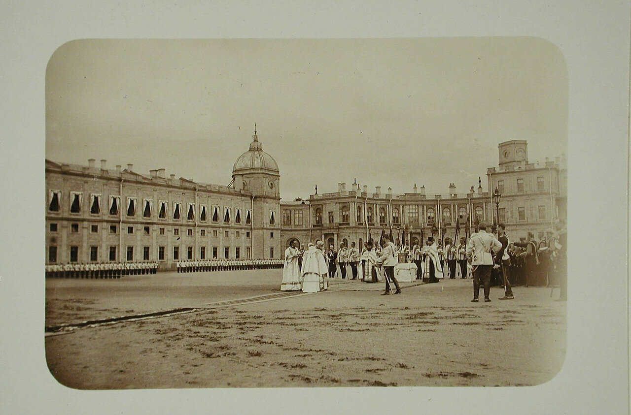 07. Император Николай II (в центре), великие князья, духовенство и кирасиры на плацу во время молебна перед началом парада