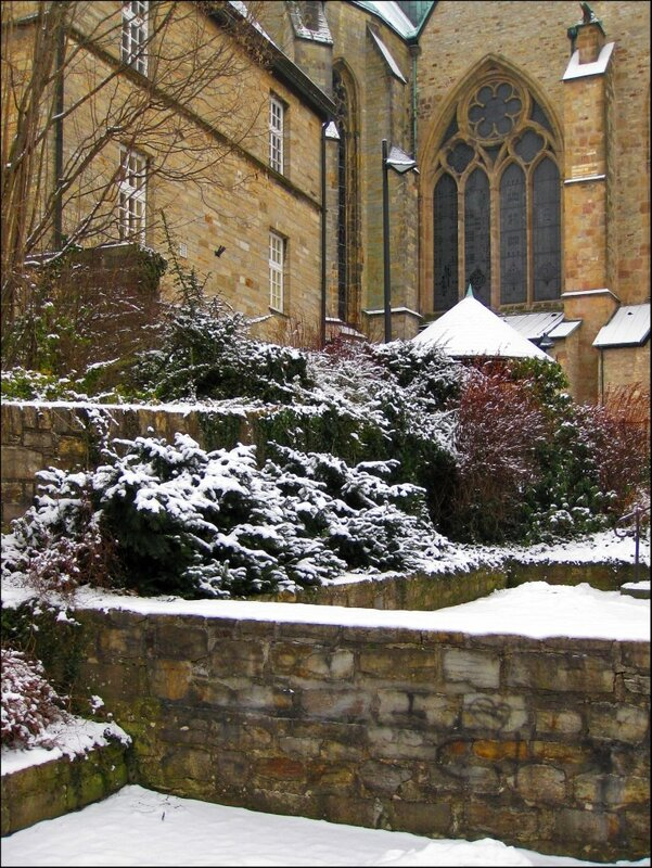 Сад рядом с Кафедральным собором Падерборна