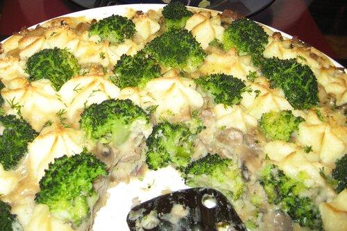 Картофель, мясо, грибы Внесла исправления - добавила сверху, отваренные в подсоленной воде броколли...