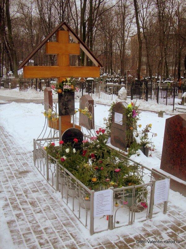 Крест всегда украшен множеством цветов