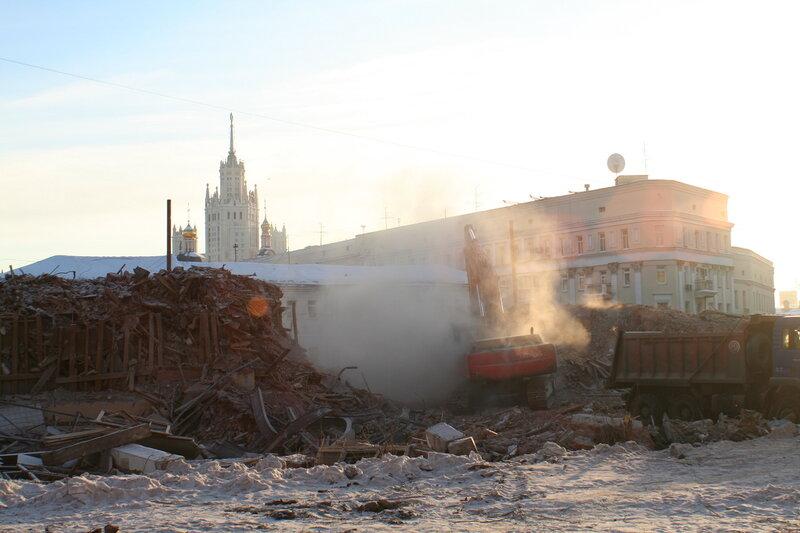 Вывоз строительного мусора после сноса дома 11а по Подколокольному пер. на Хитровской площади.