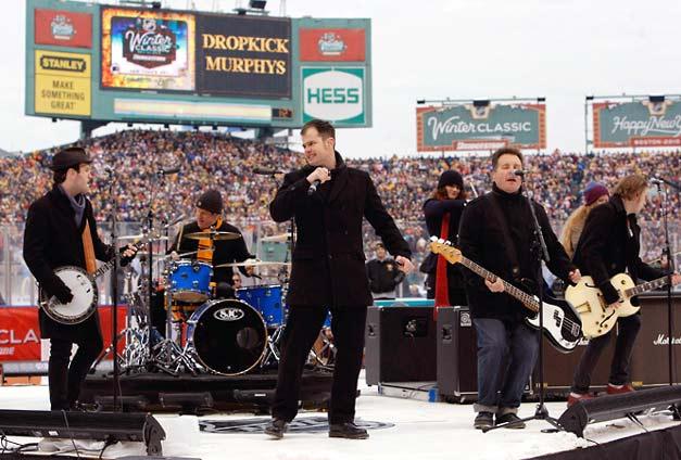 Бостонская группа The Dropkick Murphys сыграли перед матчем