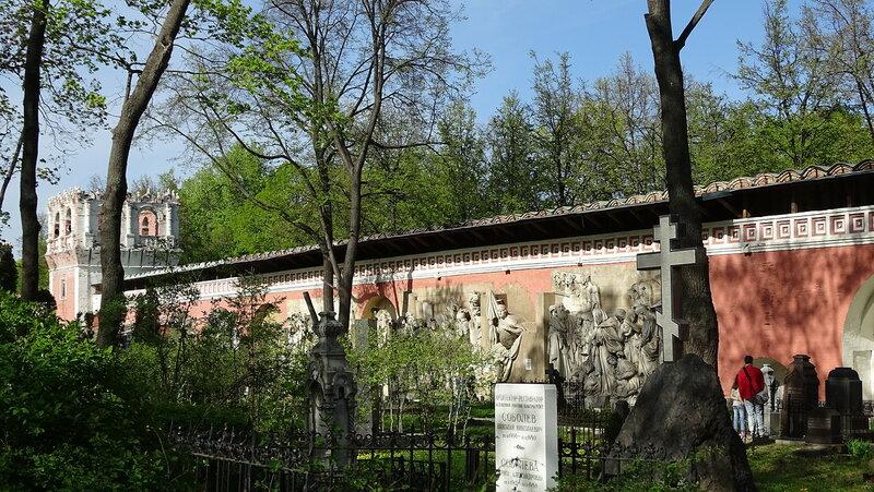 *Москва. Донской монастырь* *Сохранившиеся горельефы взорванного Храма Христа Спасителя*