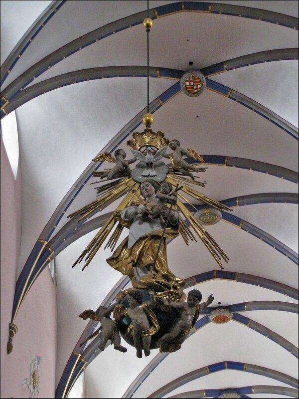 Светильник и своды церкви иезуитов в Падерборне
