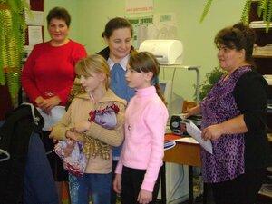 Бабушек и мам поздравляют Юля Лазутина и Лиза Шестерина.