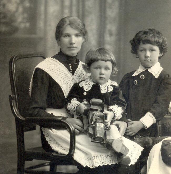 Гриша Конский (справа) с братом Алёшей и няней Анютой. 1916 год.