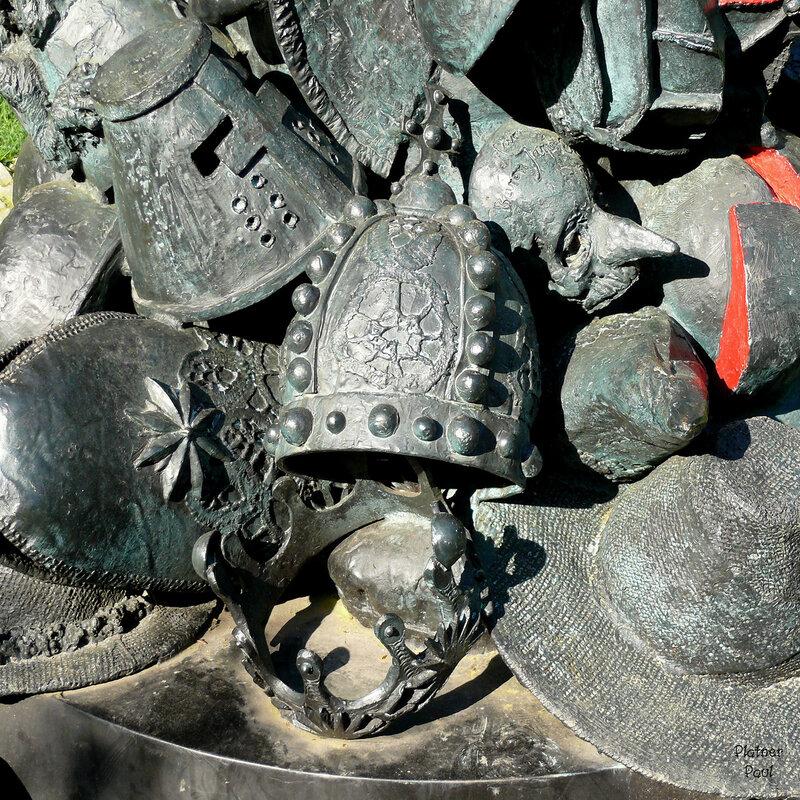 детали: все во что наряжаютс в карнавал- короны королей, митры священников, шляпы крестьян и рыцарские забрало.....