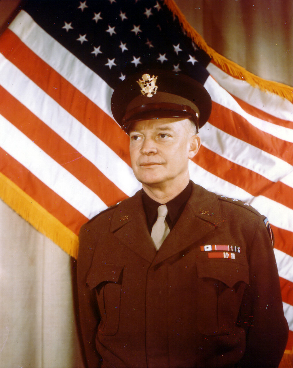 01. Генерал Дуайт Дэвид Эйзенхауэр на фоне американского флага