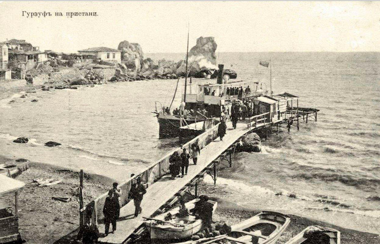 Паровой катер на пристани