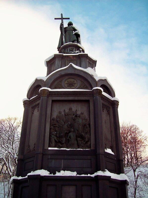 Памятник Владимиру в снегу