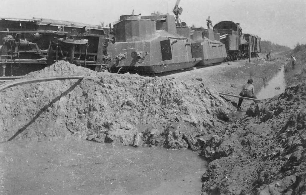 Подбитый бронепоезд 73-го полка НКВД.