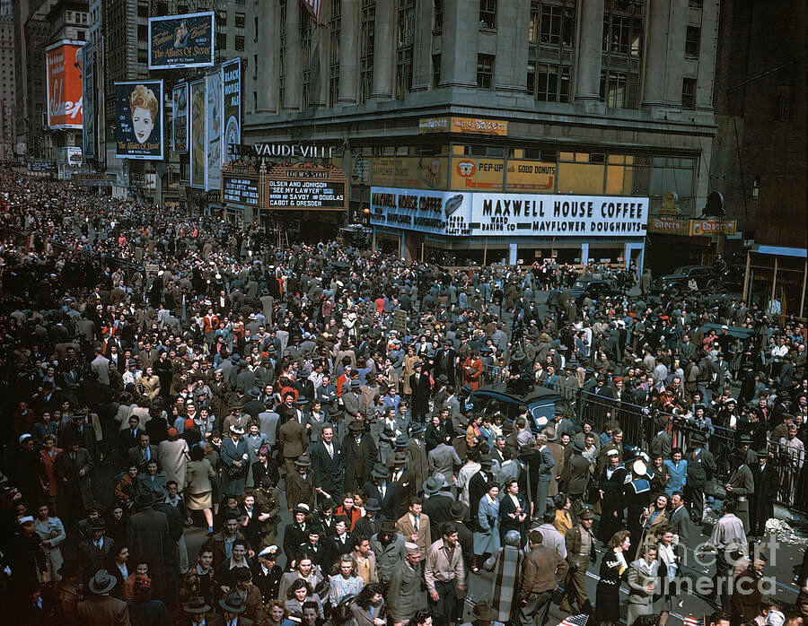 New York City on V-E Day, 1945.jpg