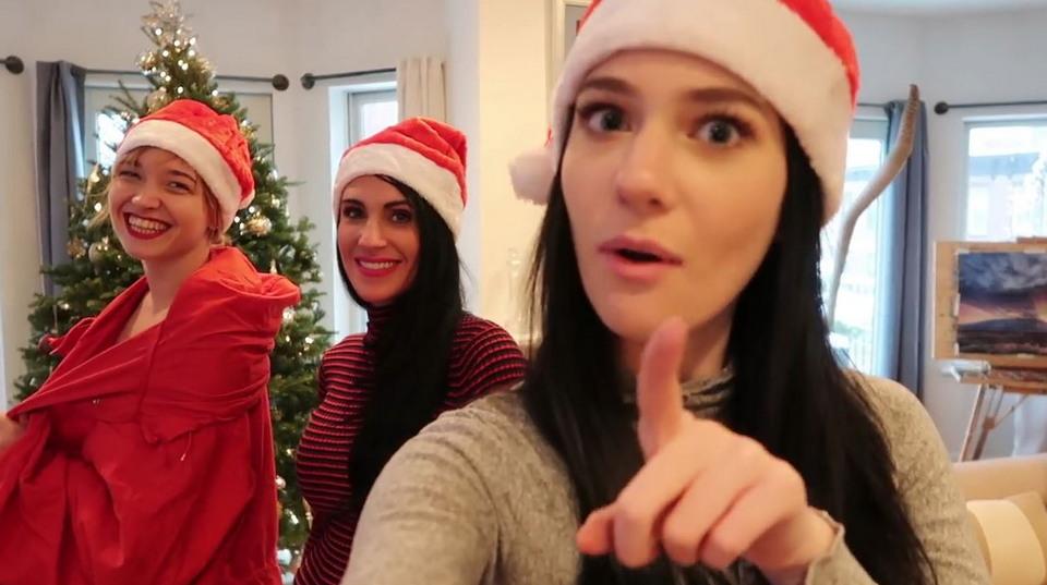 Модель в нарисованном рождественском костюме прогулялась по Нью-Йорку