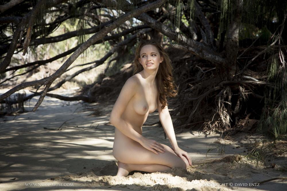 Обнаженная Эвелин на песочке