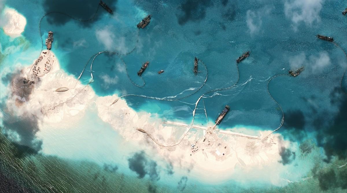 1. Китай намывает гигантские песочные массы на рифы и мели, искусственно увеличивая количество остро