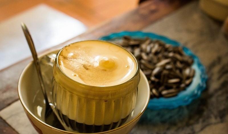 6. Шведский кофе Ингредиенты (на 1 порцию): 60 г молотого кофе; 400 г воды; 1 яичный желток; ром; 4