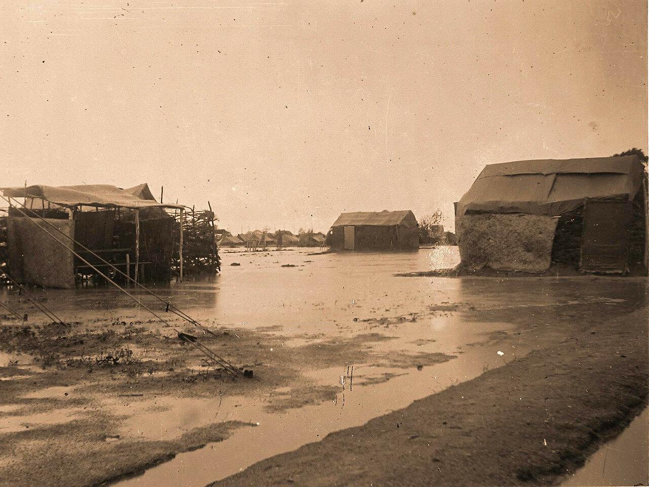 13. Вид на лазарет и палатки военного лазарета во время разлива реки в дождливый период