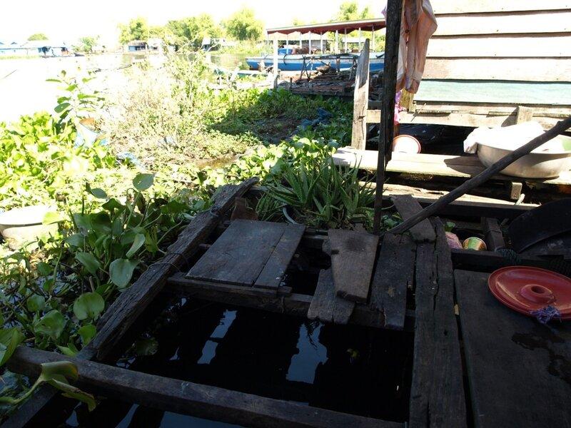 Прямо в этой дырке в полу плавали чистые кастрюли, одну из которых тут же при нас достали, чтобы приготовить нам вермишель :)