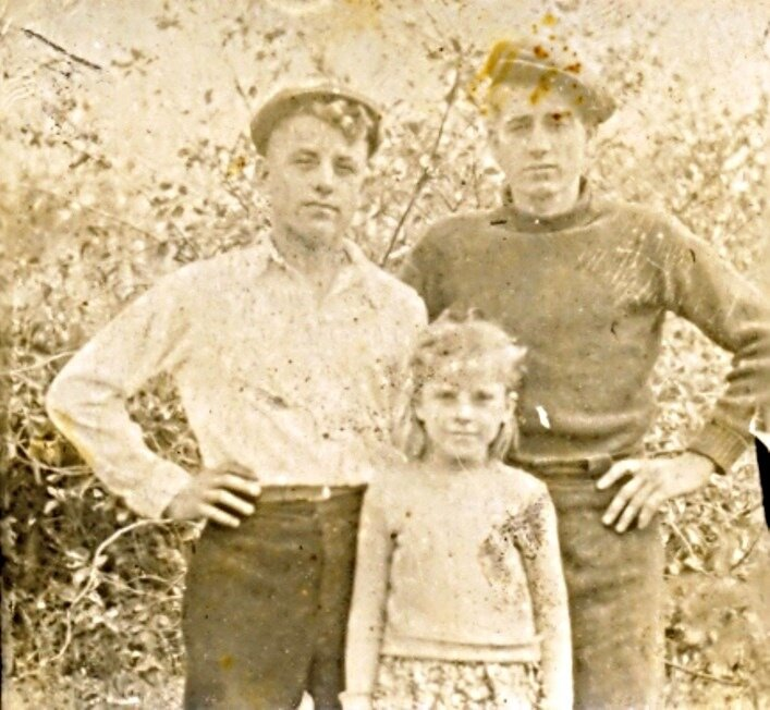 Отец с сестрой и другом. 1950 г.
