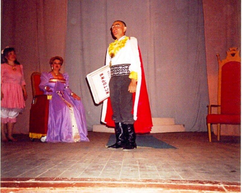 Подданные мои, если хотите, чтоб рядом была королева, станьте, для начала, королём! ... В театре (13)