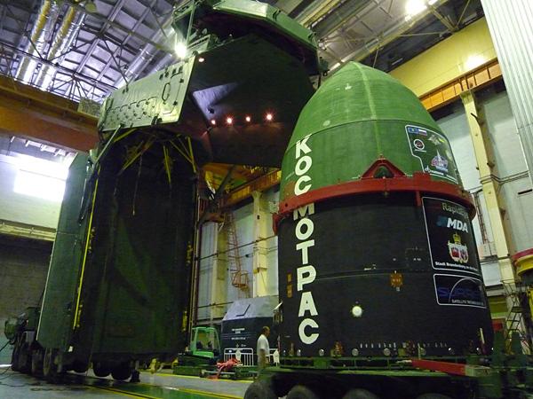 Запуск пяти космических аппаратов RapidEye ракетой-носителем «Днепр». Транспортировка головной части к стартовой шахте © SSTL