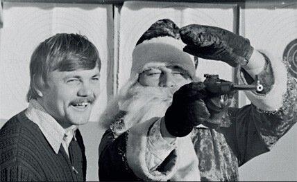 1981. Киргизия. Олимпийский чемпион по стрельбе из пистолета А.Мелентьев учит Деда Мороза бить в десятку