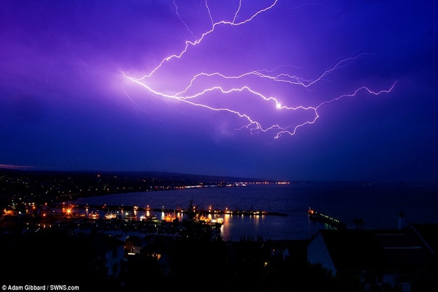 Потрясающие фото: в самые жаркие дни лета британское небо сотрясают молнии