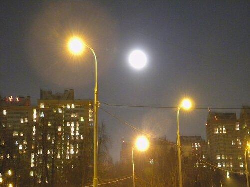 Среди фонарей Луна