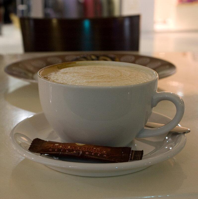 Чашка кофе с молоком с перспективой