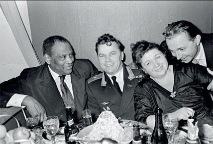 1959. Певец Поль Робсон в Центральном доме работников искусств с летчиком Кожедубом