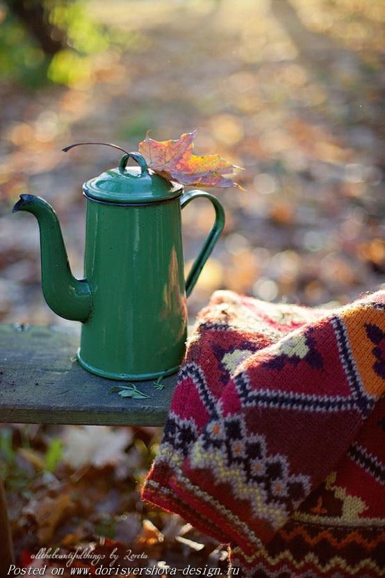 кофейник на скамье, свитер, осень
