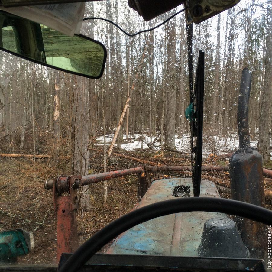 сидеть за рулем трактора