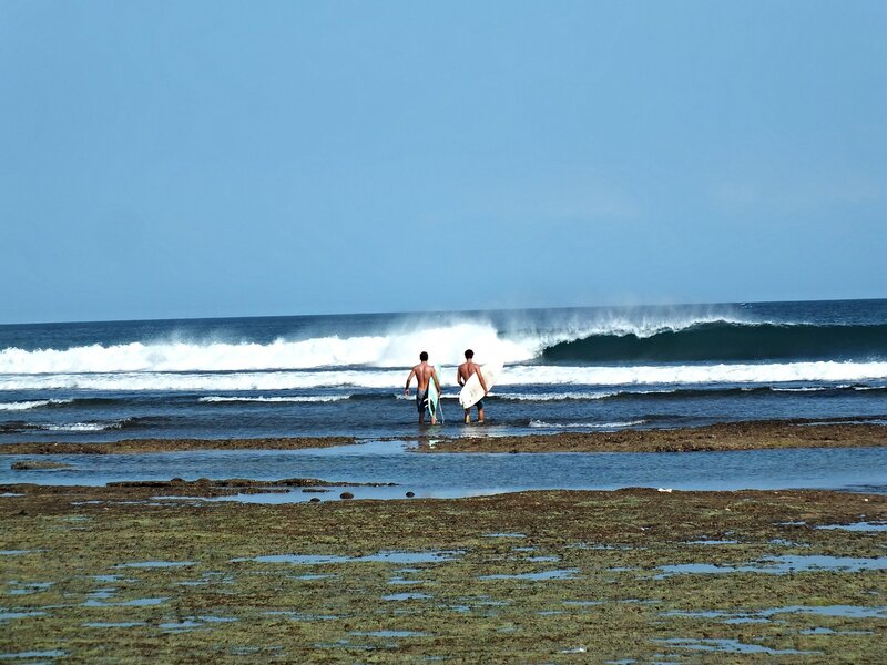 Пляж Баланган. Отлив. Серферы.