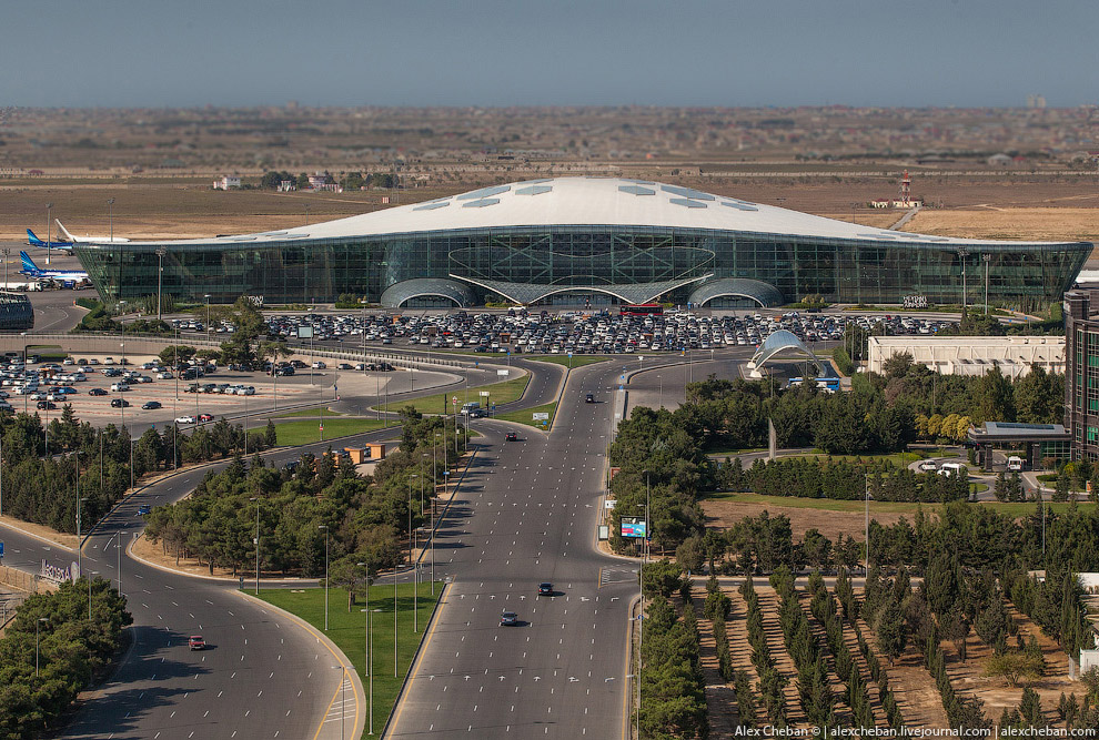 6. Аэропорт имеет 4 этажа и просторный холл на входе.