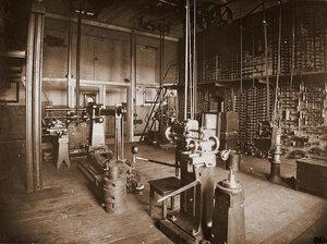 Вид станков (на первом плане) и инструментов (трещоток, струбцинок, коловоротов и других) в одном из цехов мастерской.
