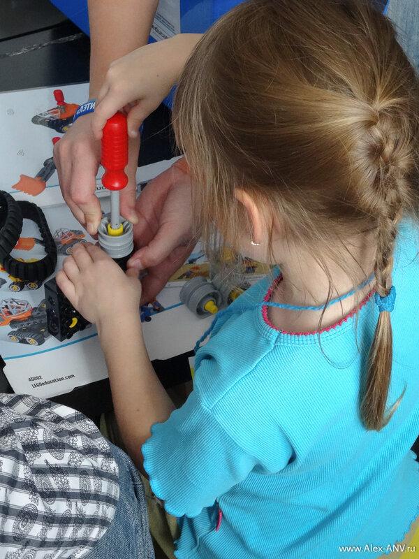 Для таких малышей конструкторы Лего состоят из крупных блоков, которые вдобавок могут соединяться друг с другом винтовыми соединениями. Маленьким детям очень полезно с детства усчиться держать в руках отвёртку.